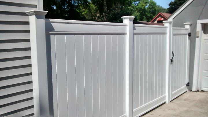 6' high vinyl privacy fence with new england caps
